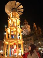 Weihnachtsmarkt Mainz: Hell erleuchtete Pyramide. (Quelle: Landeshauptstadt Mainz)
